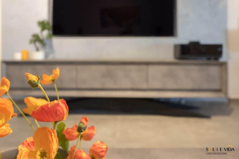 עיצוב סלון מזנון בגוון אפור בטון משולב תכלת נוצץ