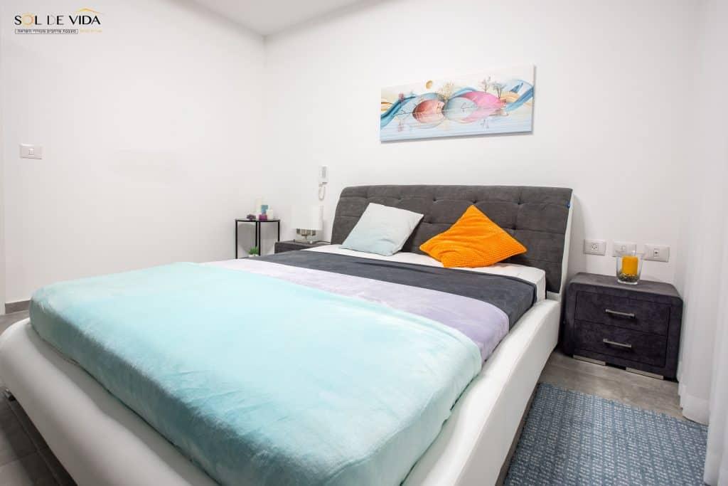 מיטה זוגית מרופדת חברת AEF